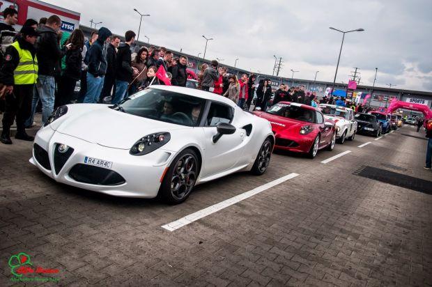 Fani Alfy Romeo ustanawiają nowy Rekord Guinnessa w ilości samochodów jednej marki jadących w kolumnie